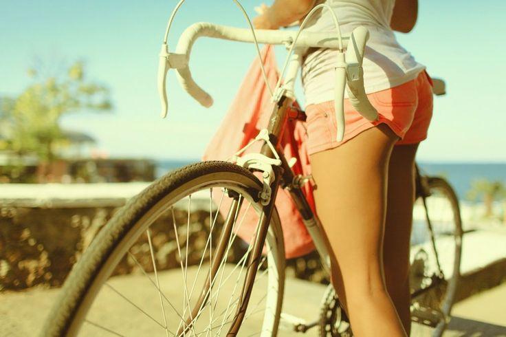 девушка на велосипеде соблазняет